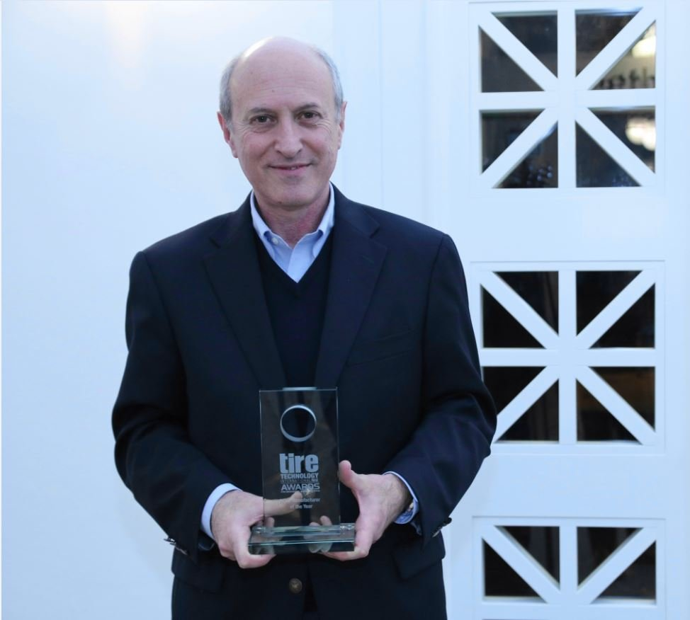 Eduardo Minardi, Executive Chairman Bridgestone EMEA ritira il premio Tire Manufacturer of the Year